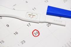 Teste de gravidez positivo com calendário Foto de Stock