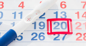 Teste de gravidez positivo com opinião superior do calendário Imagens de Stock Royalty Free