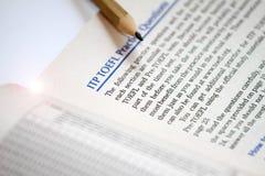 Teste de inglesas como uma língua estrangeira, folhas de teste de TOEFL Exame de TOEFL Perguntas da prática de TOEFL Aprendendo o imagem de stock