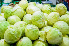 Teste del cavolo verde in supermercato immagini stock