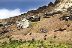 Teste del maoi sulla montagna di Rano Raruku Fotografia Stock