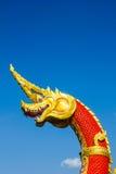 Teste della statua di Naka o del Naga o del serpente con cielo blu Fotografie Stock Libere da Diritti