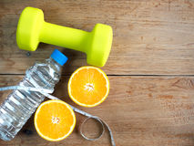 Teste di legno, arancia, bottiglia di acqua e nastro di misurazione per forma fisica Fotografia Stock Libera da Diritti