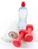 Teste di legno, asciugamano e bottiglia dell'attrezzatura di forma fisica di acqua Fotografie Stock Libere da Diritti