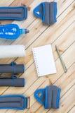 Teste di legno, pesi, asciugamano, bevanda, taccuino Fotografia Stock