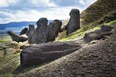 Teste di Moai e moai di stenditura in montagna di Rano Raruku Immagine Stock Libera da Diritti