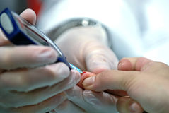 Teste do açúcar de sangue imagens de stock