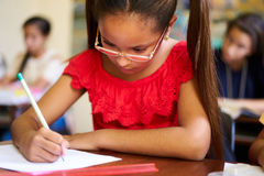 Teste e exame da admissão para o grupo de estudantes na escola foto de stock