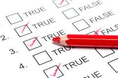 Teste falso verdadeiro com lápis vermelho Foto de Stock Royalty Free