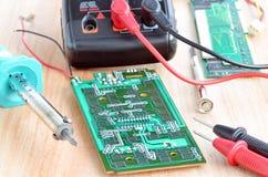Teste o trabalho de reparo na placa de circuito impresso eletrônica Foto de Stock Royalty Free