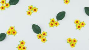 Teste padrão amarelo das flores de papel e das folhas do verde Fotos de Stock Royalty Free