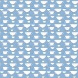 Teste padrão azul e branco sem emenda com silhueta do copo Fotos de Stock Royalty Free