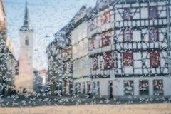 Teste padrão bonito do gelo em um vidro em um fundo da cidade de Erfurt imagens de stock