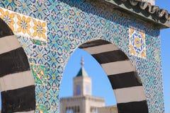 Teste padrão cerâmico islâmico da decoração na parede em Tunes, o tampão fotografia de stock royalty free