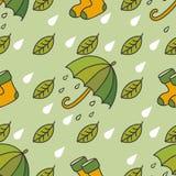 Teste padrão chuvoso do outono com guarda-chuvas, peúgas, folhas e gotas Fotos de Stock