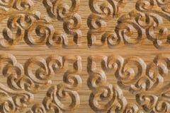 Teste padrão cinzelado no fundo de madeira Imagem de Stock