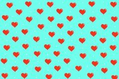 Teste padrão com corações vermelhos no fundo azul Imagens de Stock