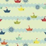 Teste padrão com os barcos de papel no fundo das ondas Imagens de Stock Royalty Free