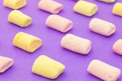 Teste padrão com os marshmallows no fundo violeta Fotografia de Stock Royalty Free