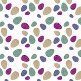 Teste padrão com os ovos da páscoa coloridos com fundo verde, violeta, roxo e bege, linha amarela ondulada foto de stock royalty free