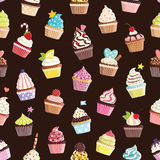 Teste padrão com os queques bonitos coloridos Fotografia de Stock