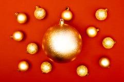 Teste padrão criativo da decoração das quinquilharias múltiplas do Natal no fundo vermelho Conceito imagem de stock