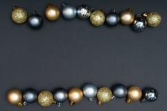 Teste padrão criativo múltiplo da decoração das quinquilharias da prata e do ouro do Natal com o espaço preto do fundo e da cópia fotos de stock royalty free