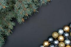 Teste padrão criativo múltiplo da decoração das quinquilharias da prata e do ouro do Natal com ramos de pinheiro fotos de stock