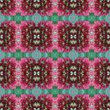 Teste padrão cruzado sem emenda da telha das flores pequenas do verde e do rosa Fotografia de Stock Royalty Free