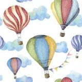 Teste padrão da aquarela com o balão de ar quente dos desenhos animados Transporte o ornamento com as festões e as nuvens da band ilustração stock