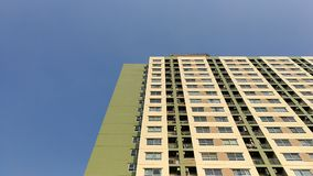 Teste padrão da construção de construções no céu azul do fundo da cidade Imagens de Stock
