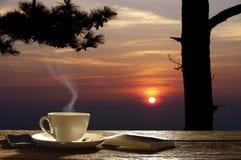 Teste padrão da espuma do café das grões do cappuccino da xícara de café fotografia de stock