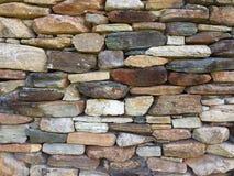 Teste padrão da parede de pedra da chaminé velha da cabana rústica de madeira Imagem de Stock Royalty Free