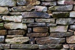 Teste padrão da parede de pedra da chaminé velha da cabana rústica de madeira Imagem de Stock