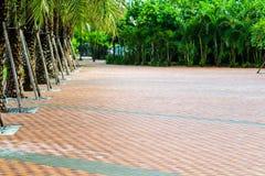 teste padrão da parede de tijolo na pavimentação perto do campo de jogos no parque imagem de stock