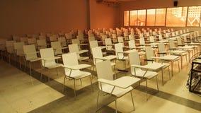 Teste padrão das cadeiras na sala de aula do ` s da universidade, vista dianteira imagens de stock