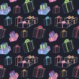 Teste padrão das caixas de presente do Natal no contexto escuro Imagens de Stock