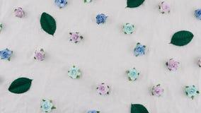 Teste padrão das flores de papel da rosa azul do tom e das folhas do verde Imagem de Stock Royalty Free
