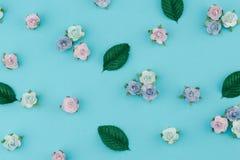 Teste padrão das flores de papel do tom azul e das folhas do verde Imagens de Stock