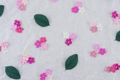 Teste padrão das flores de papel do tom cor-de-rosa e das folhas do verde Imagens de Stock