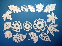Teste padrão das folhas e de flores do branco. Corte de papel. Fotografia de Stock Royalty Free