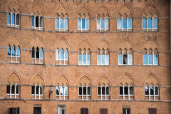 Teste padrão das janelas em uma construção velha foto de stock royalty free