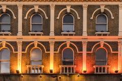 Teste padrão das janelas em uma construção velha do victorian Foto de Stock Royalty Free