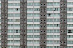 Teste padrão das janelas na sala do condomínio com o balco pequeno unido Foto de Stock Royalty Free
