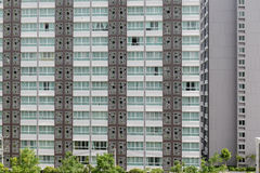 Teste padrão das janelas na sala do condomínio com o balco pequeno unido Imagem de Stock Royalty Free