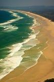 Teste padrão das ondas e da praia do louro de Byron da ressaca imagem de stock