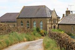 Teste padrão das paredes de pedra que conduzem para baixo a uma aldeola, North Yorkshire Fotos de Stock