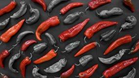 Teste padrão das pimentas vermelhas no fundo abstrato escuro Pimentas vermelhas e conceitos do amor fotos de stock royalty free