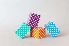 Teste padrão de às bolinhas colorido dos blocos As caixas abstratas retangulares da cor azul alaranjada verde violeta arranjaram  Fotos de Stock Royalty Free
