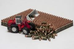 Teste padrão de cartuchos da pistola com escavadora do brinquedo Imagens de Stock